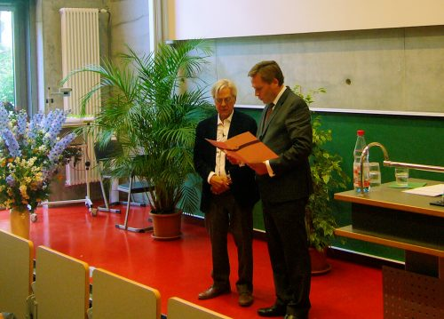 Oliver Günther (president of the University of Potsdam) awards the honorary professorship to Bryan Turner