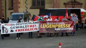 """Banner """"Lügenpresse"""" auf einer Pegida-Demonstration 2015 in Frankfurt (CC)"""
